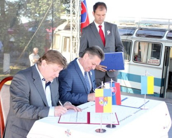 Image - Signing of an agreement between Presov region and Transcarpathia (2013).
