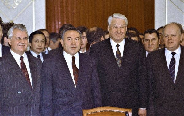 Image - The signing of the Alma-Ata Declaration: (l-r) L. Kravchuk of Ukraine, S. Nazarbayev of Khazakhstan, B. Yeltsin of Russia, and S. Shushkevich of Belarus.