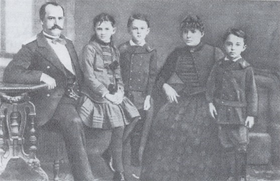 Image - Mykola Arkas with his wife and children.