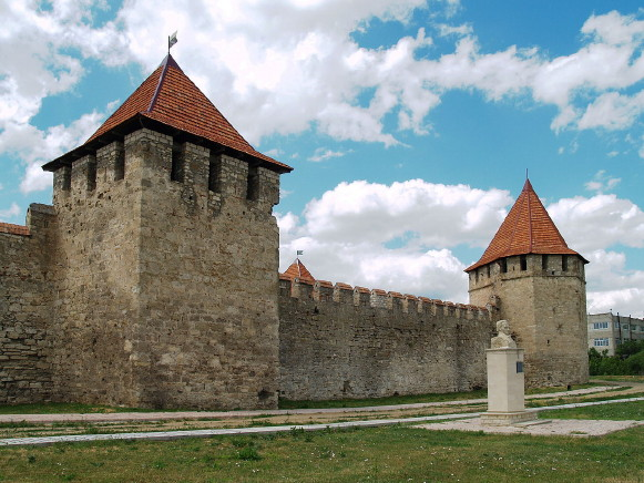 Image - Bendery: fortress and Ivan Kotliarevsky monument.
