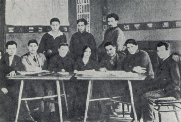 Image - The Berezil theater's director's lab (1925). Sitting (l-r): Ya. Bortnyk, V. Vasylko, B. Tiahno, Z. Pihulovych, Les Kurbas, F. Lopatynsky, Yu. Lishchansky. Standing: P. Bereza-Kudrytsky, I. Kryha, A. Irii.