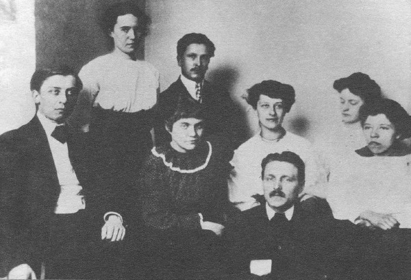 Image - Mykhailo Boichuk among his students in his Paris school (1910).