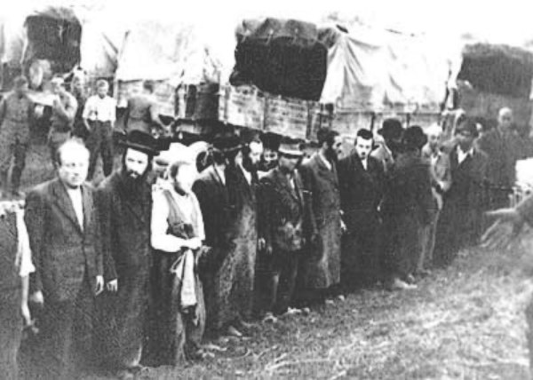 Image - Jews awaiting deportation in Brody (1943).