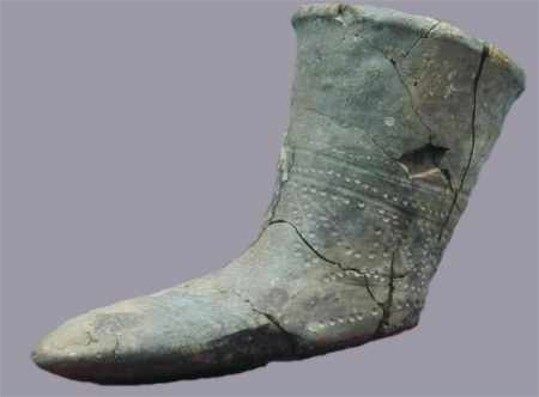 Image - A Cherniakhiv culture artifact: a drinking cup in form of a boot (4th century, Mykolaiv region).
