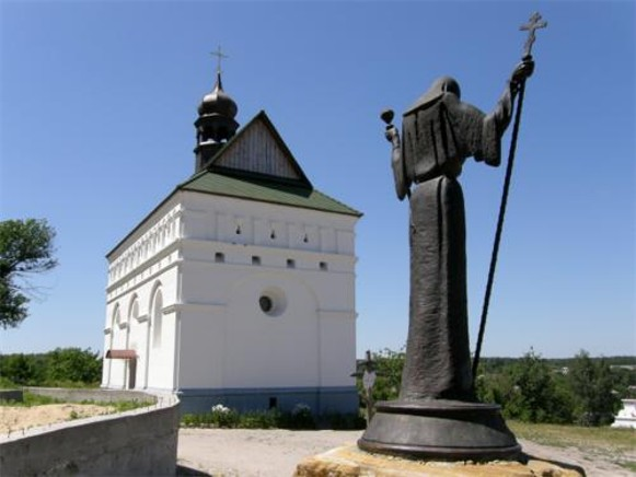Image -- Chyhyryn: SS Peter and Paul Church (rebuilt in 2009) and the Iosyp Tukalsky-Neliubovych monument.