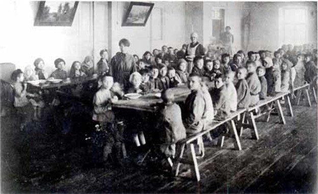 Image - The Famine of 1921-22: feeding starving children in Katerynoslav.
