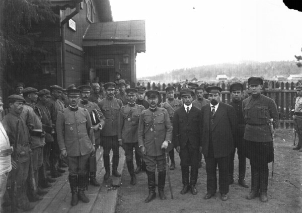 Image - Members of the government of the Far Eastern Republic with a Japanese military delegation.