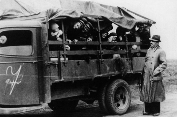 Image - German colonists in Odesa oblast being deported by the Soviets (1940).