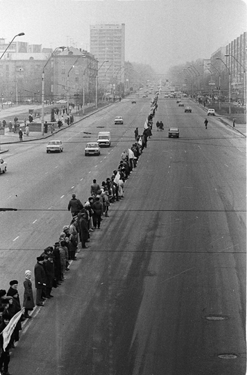 Image - 21 January 1990: Popular Movement of Ukraine-sponsored 500-km chain of people linking hands from Kyiv to Lviv and on to Ivano-Frankivsk in commemoration of the 1918 and 1919 proclamations of Ukrainian independence and the union of UNR and ZUNR.