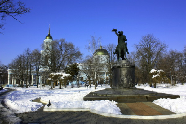 Image -- Izmail: the Dormition Cathedral and Suvorov monument.