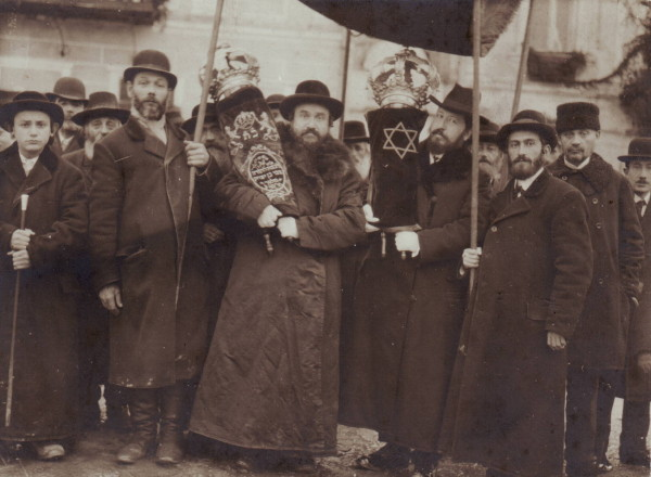 Image -- Jews in Ukraine (1915 photo).