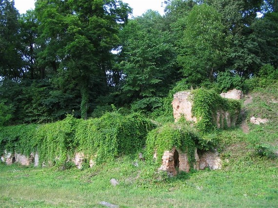 Image - Romantic ruins in the Kachanivka park.