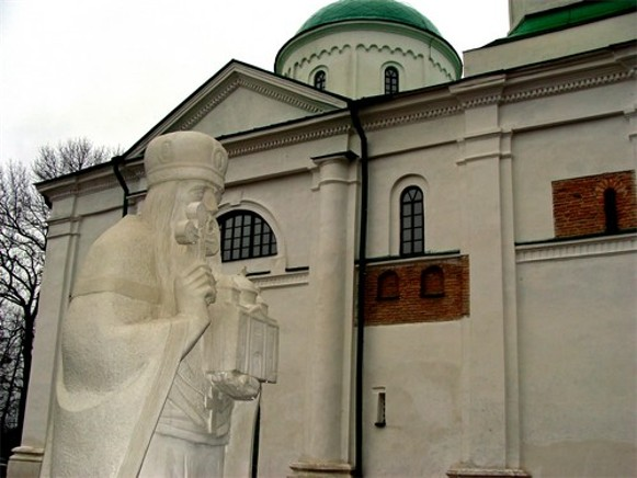 Image -- Kaniv Saint George's (Dormition) Cathedral (1144) and the monument to Vsevolod Olhovych.