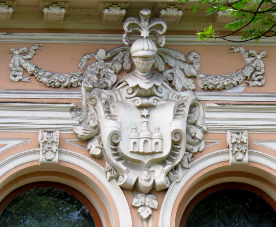Image - The Khanenko family coat of arms (on the Khanenko building in Kyiv).