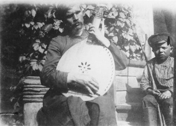 Image - Kobzar Nykonor Onatskyi and his guide (1910).
