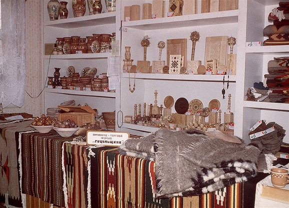 Image - A stand with traditional Hutsul crafts manufactured by the Hutsulshchyna company.