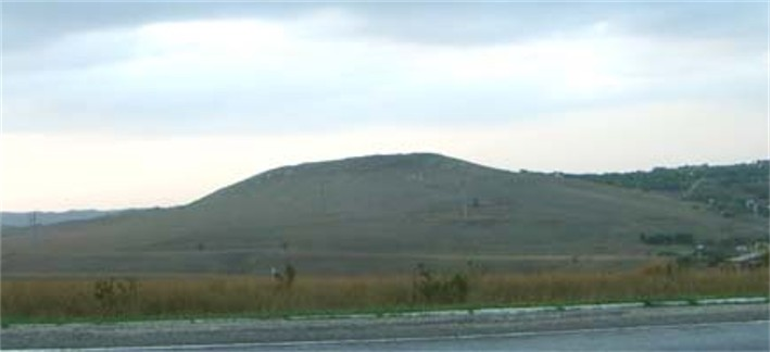 Image - A hill on which the Kul Oba kurhan is located.