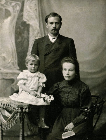 Image - Mykola Leontovych with wife and daughter.