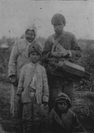 Image - A Lirnyk and his family near Romen in Sumy region (1920s).