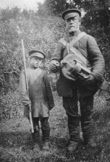 Image - A Lirnyk and his guide (1905).