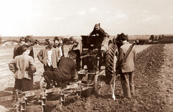 Image - Lviv Agricultural Institute students (fieldwork, 1970s).