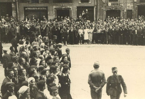 Image -- People awaiting the proclamation of Ukrainian statehood on 30 June 1941 (Lviv).