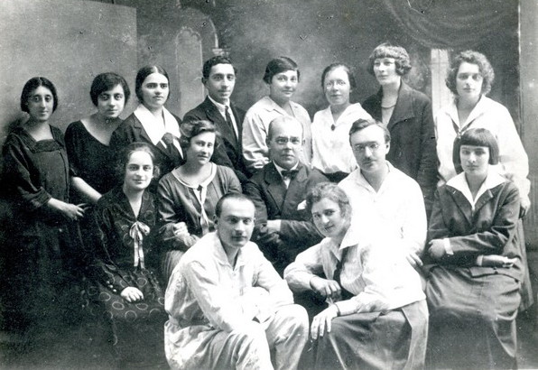 Image -- Teachers and students Lysenko Music and Drama Institute (1924-25). Center teachers: Anatoly Butsky and Mykola Malko.