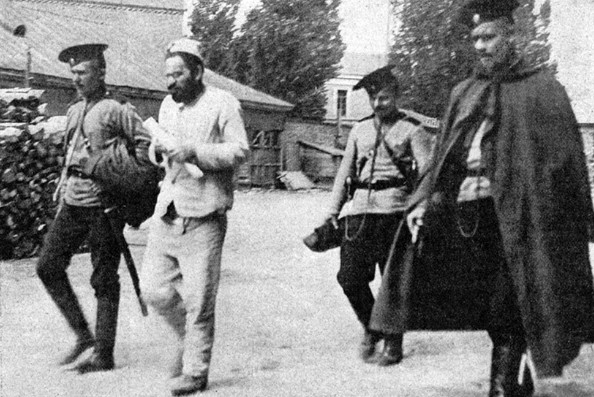 Image - Mendel Beilis leaving the court (May 1913).