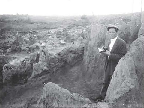 Image - Teodosii Molchanivsky at Raiky fortified settlement excavations (1930s).