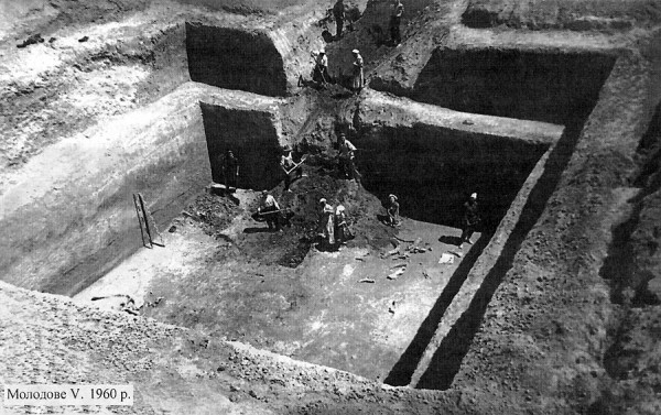 Image - Molodove V archeological excavations (1960).