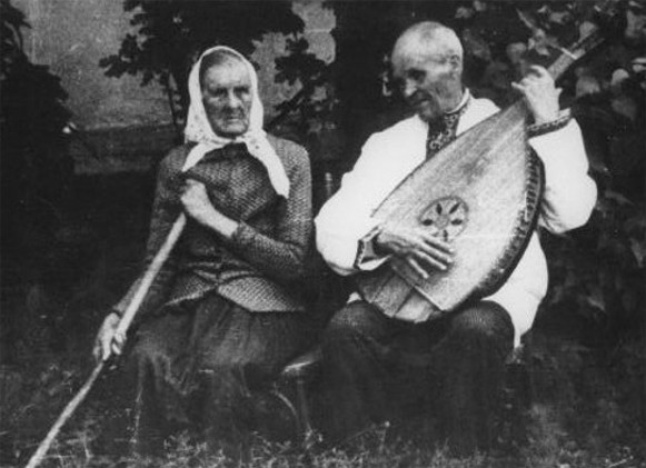 Image - Kobzar Yehor Movchan with his sister in the village of Vekykyi Pysarets, Sumy region (1968).