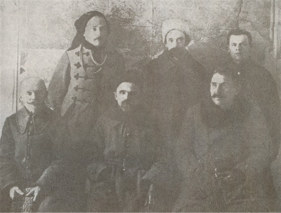 Image - Mykhailo Omelianovych-Pavlenko (center) in the Pikulice internment camp (1920).