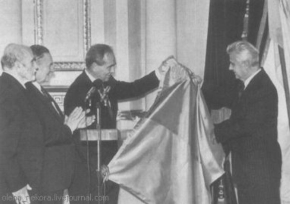 Image - Mykola Plaviuk (President of the UNR government-in-exile) hands over powers to President Leonid Kravchuk of Ukraine.
