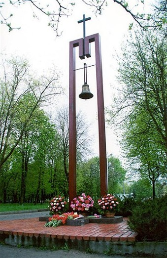 Image - A monument commemorating victims of the Chornobyl nuclear disaster in Pryluka.