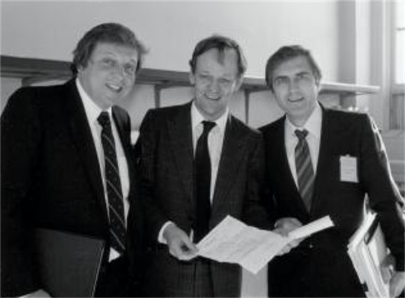 Image - Roy Romanow (right) at the signing of teh so-called Kitchen Accord (1981).
