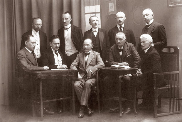 Image - The Senate of the Lviv (Underground) Ukrainian University: sitting (l-r): M. Korduba, M. Panchyshyn, V. Shchurat, I. Kurovets, Maksym Levytsky; standing (l-r): I. Rakovsky, V. Verhanovsky, R. Kovshevych, M. Muzyka, M. Vakhnianyn.