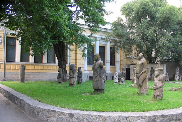 Image - Stone babas at the Dnipropetrovsk National Historical Museum.