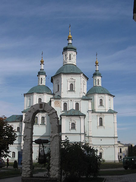Image - Sumy: Church of the Resurrection (completed in 1702) and teh Sumy monument.