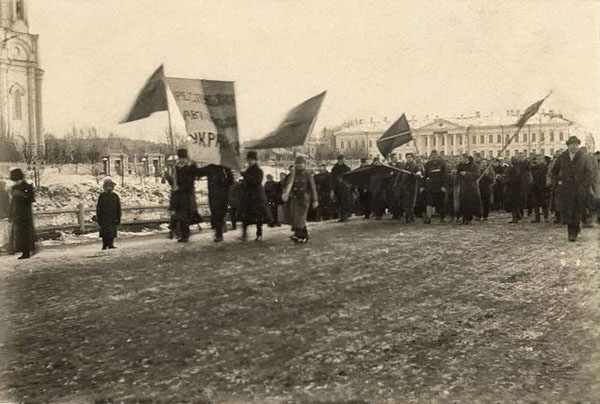 Image - Tomsk, Siberia: Ukrainian representatives during a manifestation in March 1917.
