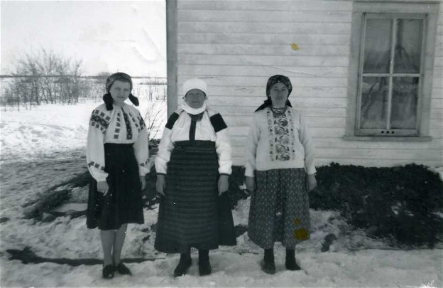 Image - Ukrainian peasant women near a NAUKA School in Hafford, Saskatchewan (1941) (photo, courtesy of the Ukrainian Museum of Canada, Saskatoon Branch).