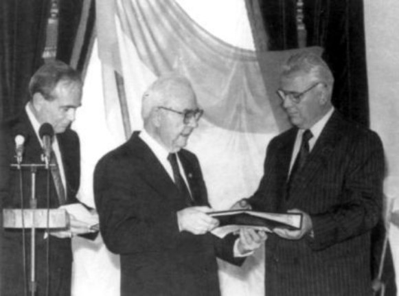 Image - Representatives of the UNR government-in-exile hand over powers to President Leonid Kravchuk of Ukraine.
