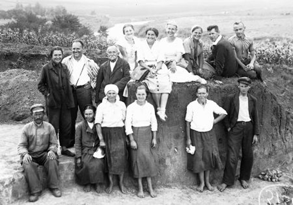 Image - Volodymyrivka archeological expedition (1930s; with Syslvester Magura, top row, second from right).