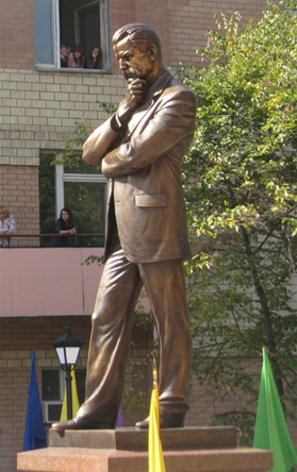 Image - The monument of Volodymyr Vynnychenko in Kropyvnytskyi.
