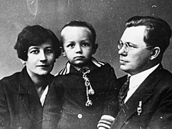 Image -- Mykola Zerov with his wife and son
