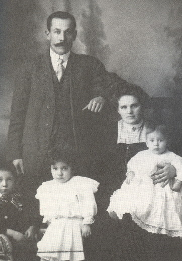 Image - Petro Zvarych (Peter Svarich) with his family.